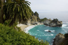 Πτώσεις McWay στην ακτή Καλιφόρνιας κοντά σε μεγάλο Sur Στοκ Εικόνες