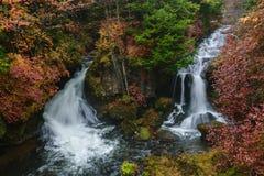 Πτώσεις Ryuzu με το φθινόπωρο σε Nikko Ιαπωνία Στοκ φωτογραφία με δικαίωμα ελεύθερης χρήσης