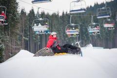Πτώσεις Snowboarder στις κλίσεις κατά τη διάρκεια του άλματος Στοκ φωτογραφία με δικαίωμα ελεύθερης χρήσης