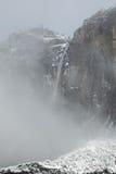 Πτώσεις Yosemite με το χιόνι και τα σύννεφα Στοκ φωτογραφίες με δικαίωμα ελεύθερης χρήσης