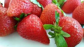 Πτώση ανανέωσης ψεκασμού νερού φραουλών απόθεμα βίντεο