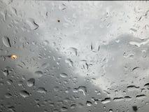 Πτώση βροχής στο γυαλί Στοκ Φωτογραφίες