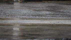 Πτώση βροχής στο τσιμεντένιο πάτωμα φιλμ μικρού μήκους