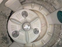 Πτώση δονητών υφασμάτων Rotationg από το πλυντήριο στοκ φωτογραφίες με δικαίωμα ελεύθερης χρήσης