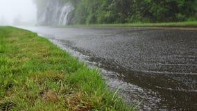 Πτώση δυνατής βροχής στον μπλε χώρο στάθμευσης κορυφογραμμών φιλμ μικρού μήκους