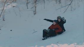 Πτώση κάτω στο χιόνι απόθεμα βίντεο