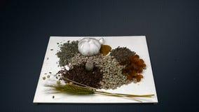 Πτώση καρυδιών στα σιτάρια στο υπόβαθρο του μεταλλικού σκούρο γκρι πλέγματος απόθεμα βίντεο