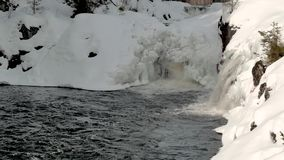 Πτώση καταρρακτών στο μικρό κόλπο που περιβάλλεται από τις χιονώδεις τράπεζες απόθεμα βίντεο