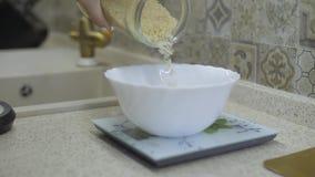 Πτώση κοιμισμένος σε ένα κύπελλο του ρυζιού απόθεμα βίντεο