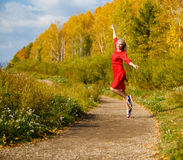 Πτώση κοριτσιών, δέντρα φύλλων πάρκων Στοκ Φωτογραφίες