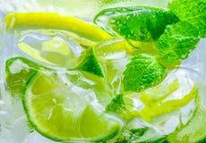 Πτώση λεμονιών στο αφρώδες λαμπιρίζοντας νερό, ανανέωση χυμού Στοκ Εικόνα