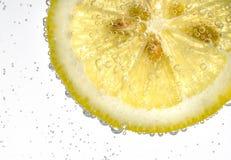 Πτώση λεμονιών στο αφρώδες λαμπιρίζοντας νερό, χυμός Στοκ φωτογραφίες με δικαίωμα ελεύθερης χρήσης