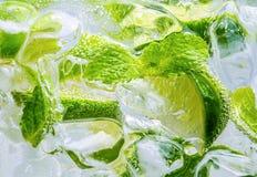 Πτώση λεμονιών στο αφρώδες λαμπιρίζοντας νερό, χυμός Στοκ φωτογραφία με δικαίωμα ελεύθερης χρήσης