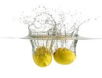 Πτώση λεμονιών στο αφρώδες λαμπιρίζοντας νερό, χυμός Στοκ εικόνα με δικαίωμα ελεύθερης χρήσης