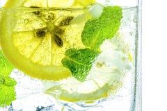 Πτώση λεμονιών στο αφρώδες λαμπιρίζοντας νερό, χυμός Στοκ Εικόνες