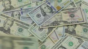 Πτώση λογαριασμών δολαρίων στον πίνακα με τα αμερικανικά δολάρια των διαφορετικών μετονομασιών απόθεμα βίντεο