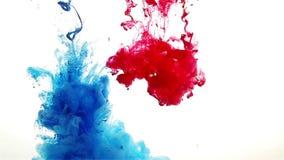 Πτώση μελανιού χρώματος στο νερό μπλε, κόκκινος, αργός, βαρύς απόθεμα βίντεο