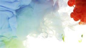 Πτώση μελανιού χρώματος στο νερό χλωμός - μπλε να επιπλεύσει, πράσινη πτώση, φλογερό κόκκινο, χρώμα που διαδίδεται απόθεμα βίντεο