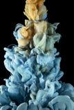 Πτώση μελανιού χρώματος υγρό Χρυσός, μπλε στοκ φωτογραφία