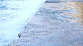 Πτώση νερού από έναν συμπαγή τοίχο απόθεμα βίντεο