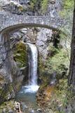 Πτώση νερού κάτω από μια γέφυρα Στοκ Εικόνα