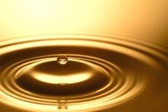Πτώση νερού - καθαροί σαφής και διαφανής του νερού και του κυματισμού στο χρυσό υπόβαθρο Στοκ φωτογραφίες με δικαίωμα ελεύθερης χρήσης