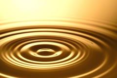 Πτώση νερού - καθαροί σαφής και διαφανής του νερού και του κυματισμού στο χρυσό υπόβαθρο Στοκ φωτογραφία με δικαίωμα ελεύθερης χρήσης