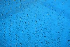 Πτώση νερού με το μπλε υπόβαθρο Στοκ φωτογραφίες με δικαίωμα ελεύθερης χρήσης