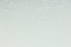 Πτώση νερού στο άσπρο αυτοκίνητο στεγών Στοκ εικόνα με δικαίωμα ελεύθερης χρήσης