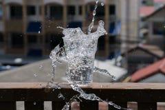Πτώση νερού στο γυαλί Στοκ Εικόνες