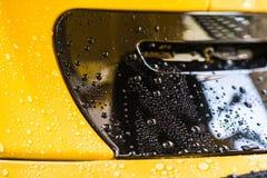 Πτώση νερού στο κίτρινο υπόβαθρο Στοκ φωτογραφία με δικαίωμα ελεύθερης χρήσης