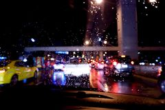 Πτώση νερού στο παράθυρο γυαλιού αυτοκινήτων μετά από τη βροχή, μουτζουρωμένο υπόβαθρο στοκ φωτογραφίες