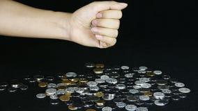 Πτώση νομισμάτων από το χέρι απόθεμα βίντεο