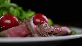 Πτώση ντοματών κερασιών στο τεμαχισμένες κρέας και τη σαλάτα απόθεμα βίντεο
