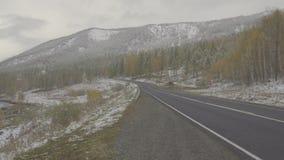Πτώση οδικού χιονιού χειμερινών βουνών Snowfalling χειμερινή εποχή τοπίων βουνών απόθεμα βίντεο