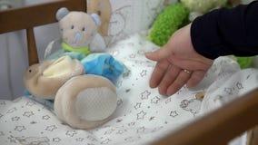Πτώση παπουτσιών μικρών παιδιών στο λίκνο φιλμ μικρού μήκους