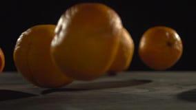 Πτώση πορτοκαλιών στην γκρίζα επιφάνεια απόθεμα βίντεο