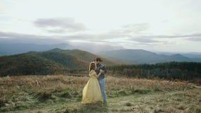 Πτώση στα ανώτατα της όξινης απορροής βουνά βουνών μπαλωμάτων, το Τένεσι & τη βόρεια Καρολίνα, νέο ζεύγος, γυναίκα στο κίτρινο φό απόθεμα βίντεο