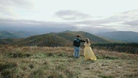 Πτώση στα ανώτατα της όξινης απορροής βουνά βουνών μπαλωμάτων, το Τένεσι & τη βόρεια Καρολίνα, νέο ζεύγος, γυναίκα στο κίτρινο φό φιλμ μικρού μήκους