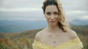 Πτώση στα ανώτατα της όξινης απορροής βουνά βουνών μπαλωμάτων, το Τένεσι & τη βόρεια Καρολίνα, πορτρέτο της νέας γυναίκας στο κίτ φιλμ μικρού μήκους