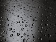 Πτώση στενού επάνω νερού, μακροεντολή στην ΓΚΡΙΖΑ ασημένια ΕΚΛΕΚΤΙΚΗ ΕΣΤΙΑΣΗ επιφάνειας μετάλλων Στοκ φωτογραφία με δικαίωμα ελεύθερης χρήσης