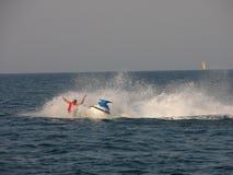 Πτώση στη θάλασσα από ένα ποδήλατο νερού στοκ εικόνα
