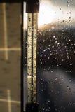 Πτώση στη θερμοκρασία σε μια κλίμακα θερμομέτρων Πτώσεις της βροχής στο παράθυρο μετά από μια θύελλα στοκ φωτογραφία με δικαίωμα ελεύθερης χρήσης