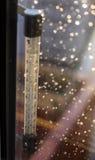 Πτώση στη θερμοκρασία σε μια κλίμακα θερμομέτρων Πτώσεις της βροχής στο παράθυρο μετά από μια θύελλα στοκ εικόνες με δικαίωμα ελεύθερης χρήσης