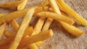 Πτώση τηγανιτών πατατών στο βίντεο επιτραπέζιου σε αργή κίνηση μήκους σε πόδηα απόθεμα βίντεο