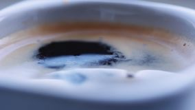 Πτώση των πτώσεων καφέ στο γεμισμένο φλυτζάνι απόθεμα βίντεο