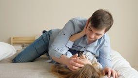 Πτώση τύπων κοριτσιών κάτω στο κτύπημα και το φιλί κρεβατιών μεταξύ τους απόθεμα βίντεο