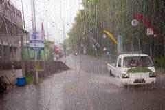 Πτώση δυνατής βροχής κατά τη διάρκεια του μουσώνα στην Ιάβα Ινδονησία Στοκ Φωτογραφία
