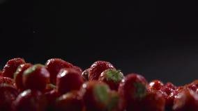 Πτώση φραουλών από την πλευρά στην επιφάνεια με τα μούρα φιλμ μικρού μήκους