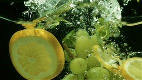 Πτώση φρούτων στο νερό, σε αργή κίνηση απόθεμα βίντεο